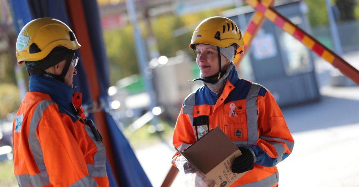 Kaksi työntekijää keskustelee Oivapisteellä Ruskon jätekeskuksessa.